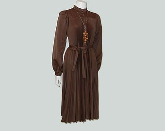 70s dress / Brown Sugar Vintage 1970's Accordion Pleat Shirt Dress