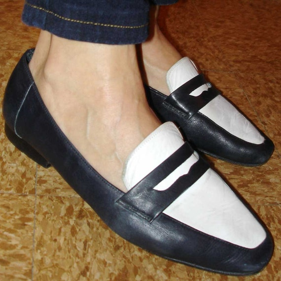 vintage Enzo Angiolini soft navy blue and white penny loafers 7.5  8 M