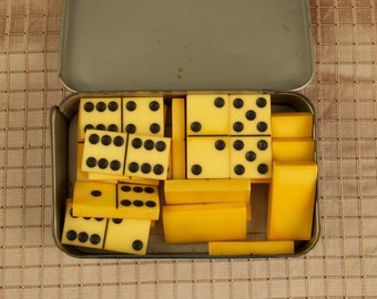 Bakelite Dominoes in a Vintage Tin oli