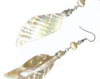 mother-of-pearl seashell peach pearl earrings