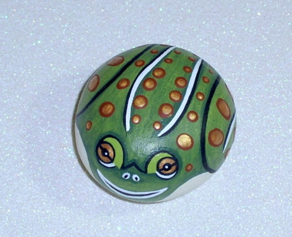 Leopard frog, amphibian, outdoors garden, green gold, home and garden decor, weatherproof stone painting, hand painted rocks by Rockartiste