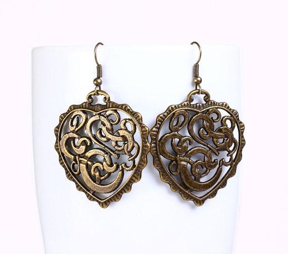 Antique brass filigree heart drop earrings (523)