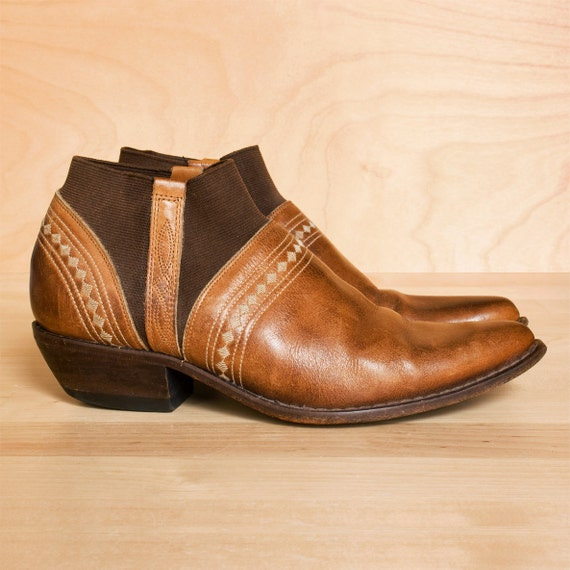 Vintage Guess chelsea boots 7.5. Distressed tan leather winklepicker ankle boots. Made in Spain.