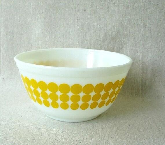 Vintage  Pyrex Bowl Yellow Dots 1.5 quart