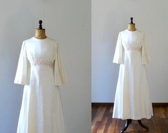 Vintage 1960s wedding dress. Mod 60s full length wedding dress with underskirt