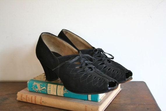 vintage 30s shoes - TEAR DROP cut out black suede heels /  sz9-9.5