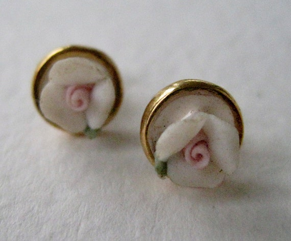 Vintage 80s Traditional Cottage Chic Goldtone Gold Tone 1928 Style Porcelain Ivory Pastel Pink Rose Flower Stud Earrings