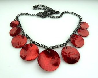 Red shell necklace on gunmetal grey chain, black oxidized silver, lacquered mother of pearl, round, circle