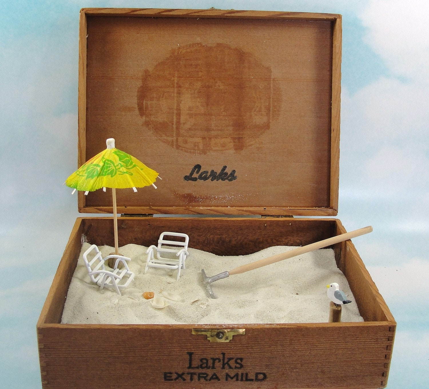 Miniature zen beach garden in cigar box chairs umbrella for Mini zen garden designs