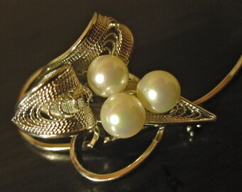 Vintage Japanese Simulated Glass Pearl Silver Tone Filigree Lily Brooch - Mint.