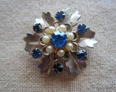 Pretty Vintage Turquoise Rhinestone & Faux Pearl Gold Tone Flower Brooch