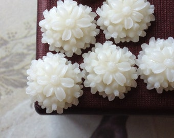 14 mm White Resin Tansy Flower Cabochons (.st)