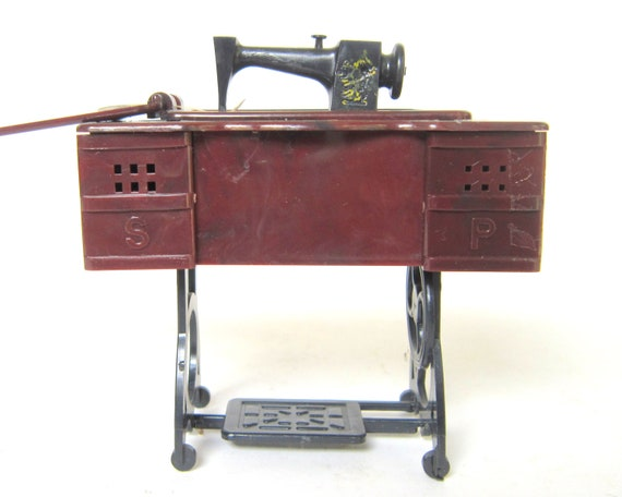 Vintage sewing machine salt pepper shakers kitsch kitchen - Salt and pepper shaker display case ...