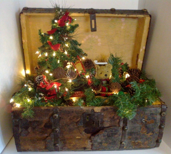 Antique christmas trunk with christmas tree and lights for Decoration usine vintage
