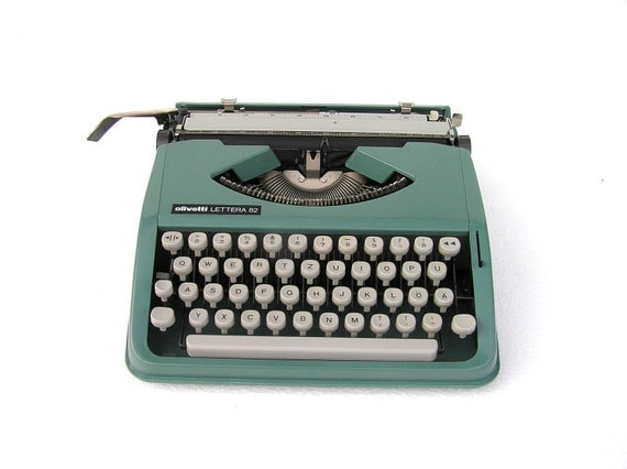 Typewriter Olivetti Lettera in very good working condition portable
