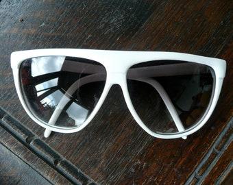 Vintage Sunglasses - Large White Frames - Woman's Eyewear - Vintage Wardrobe - Large Summer Shades - Urban Hipster - Fashion Eye Ware - Boho