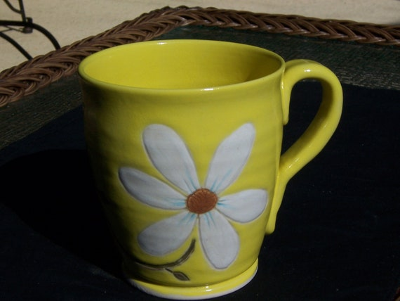 Stoneware Coffee Mug In Bright Yellow With Large White Daisy