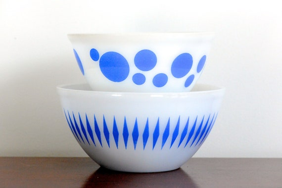 Crown Pyrex: pair of mixing bowls with blue dots, diamond pattern