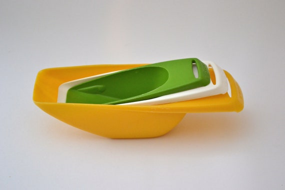 Vintage Measuring Scoops/Measuring Cups/Set of 3/Green, Yellow, & White