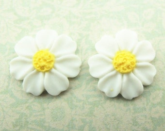 12 pcs of resin flower cabochon 0890-16mm- white with yellow central