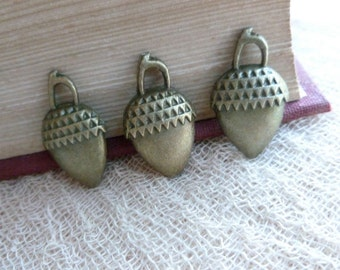 8x Acorn Charms, Antique Brass Pendants C242