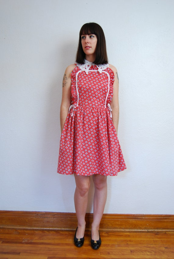 vintage 1970s / red floral / Lord and Taylor / liberty print / pinafore dress / apron / ruffles / S-M