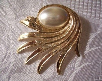 White Domed Pearl Pin Brooch Gold Tone Vintage Large Oval Bead Brushed Textured Swirl Ribbed Feather Spray