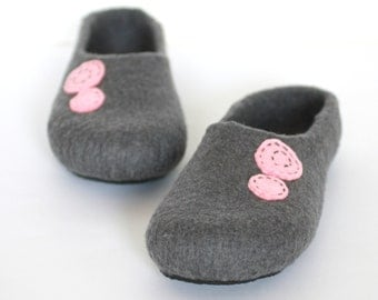 Women house slippers - felted wool slippers Grey and pink - felt wool clogs - Christmas gift - felted slippers - warm winter house shoes