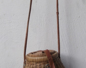 Vintage 1960s Small structured basket weave purse. Light wood details. Leather hinges and handle