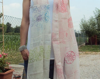 Lightweight cotton scarf with printed decoration by hand.