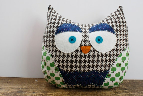 Houndstooth Owl Pillow - Green Apple