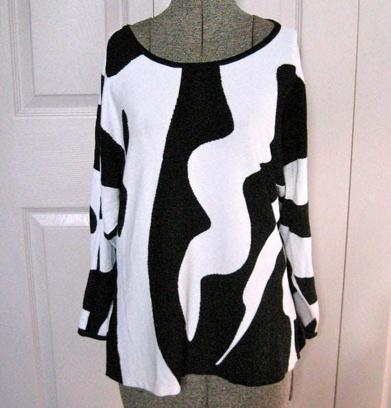Vintage BLACK AND WHITE Graphic Tunic Sweater by Anne Klein 1980s
