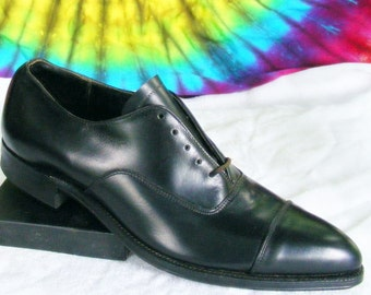 ladies size 7 B vintage 50's black leather pointy cap-toe lace-up oxfords shoes