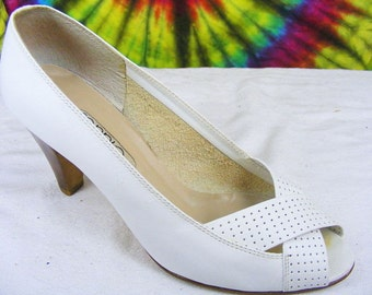 6 M vintage 80's white perforated leather Connie criss cross peep-toe heels pumps shoes