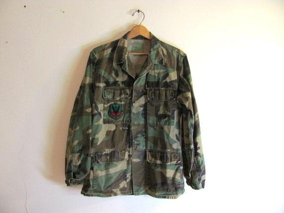 Vintage men's green camouflage military long sleeve shirt jacket // US Air Force patches