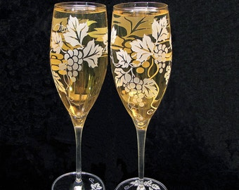 2 Vineyard Wedding Champagne Glasses, Grapevine Wedding Decor, Personalized Wedding Flutes