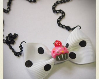 Pin Up-style cup cake necklace, white