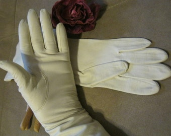 Vintage Lightweight unlined ivory leather gloves, high fashion eggshell color leather gloves, ivory beige gloves for a small hand size 6 1/2