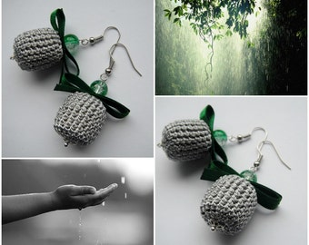 Rainy sky with rainforest reflection - crocheted earrings with green crackle glass beads and dark green ribbon