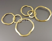 2 Round linked abstract 3-ring pendants, pendants with rings, ring / circle connectors, round jewelry pendant 1590-MG (matte gold, 2 pieces)