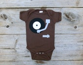 Record Player Onsie, Music Lover Gift, 70s gift, retro onsie, baby creeper, baby bodysuit, baby boy clothes, gifts under 25, hipster baby