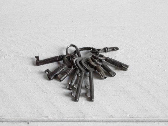 10 Tiny vintage keys