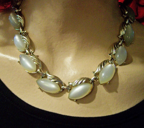 """Vintage Moonglow White Thermoset Necklace 15.5"""" 222z"""