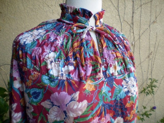 A vintage 1960s 1970s smocked red floral high collar long sleeves hippie shirt top size XS S
