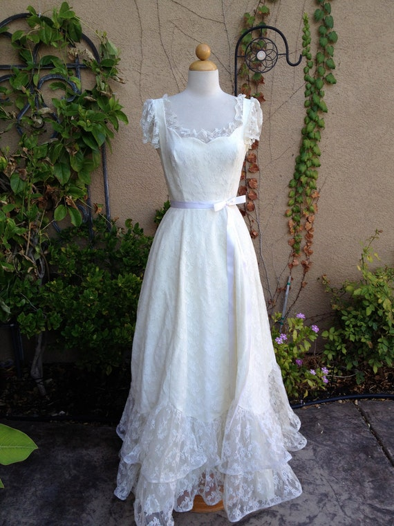 A vintage 1960s 1970s designer Mike Benet Formals ivory lace capped sleeves full skirt wedding prom party formal dress size XS S