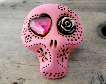 Sugar skull in hot pink with  asymmetric eyes: one rose and one heart. Brooch, keychain, pendant or magnet (you choose)