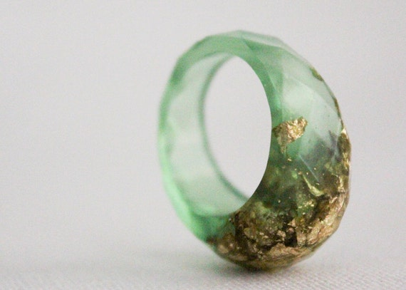 green gold size 8 multifaceted eco resin ring with suspended gold flakes