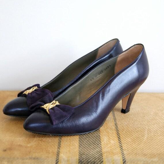 ON SALE. Vintage Navy Blue Leather Heels. Bow Accents. 1980s. Size 6.5. Jacqueline Ferrar.