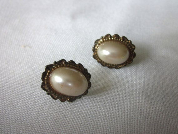 Oval Faux Pearl and Gold Scalloped Earrings, Victorian Retro Pierced, 1970s 1980s Vintage Costume Jewelry