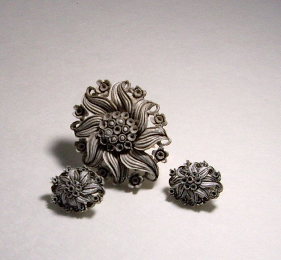 Vintage brooch earrings made from galalith   bakelite 1940's